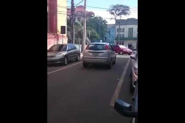 Carreta bloqueia trânsito no Centro de Santa Maria