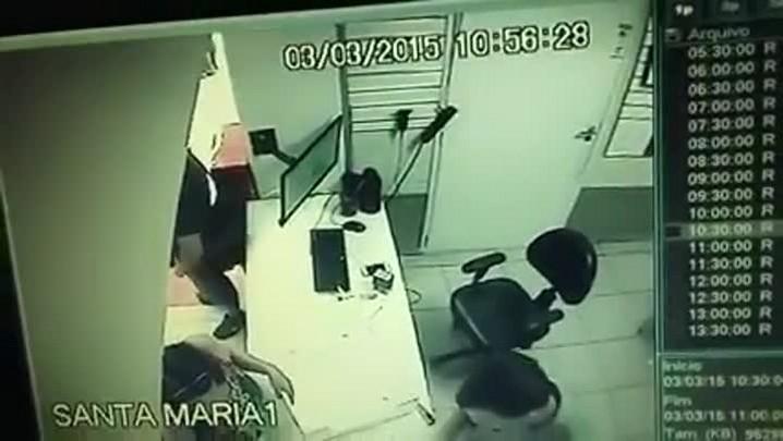 Jovem tem celular furtado na sua frente em Santa Maria