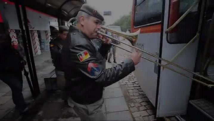 Banda da Brigada comemora os 45 anos tocando dentro de ônibus