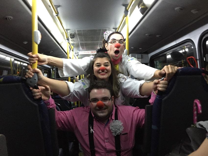 Esquadrão da Alegria divulga o Outubro Rosa em ônibus da Capital