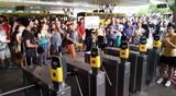 Estudantes ocupam terminal e liberam a catraca em protesto contra o aumento da tarifa em Joinville