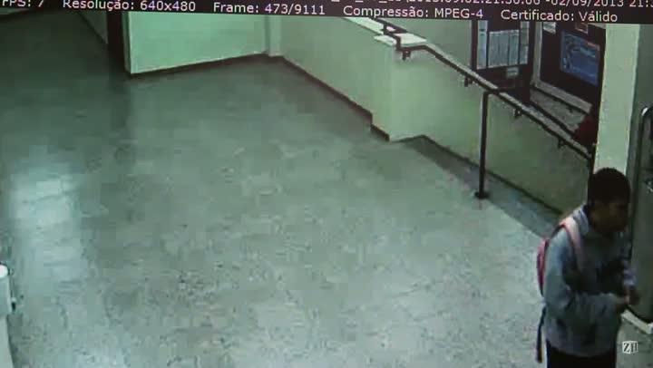 Imagens mostram assaltante circulando pelos corredores da PUCRS