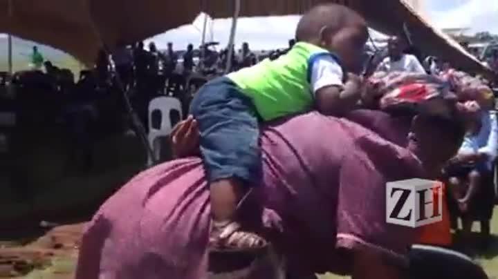 Sul-africana da etnia xhosa mostra como carrega o bebê nas costas