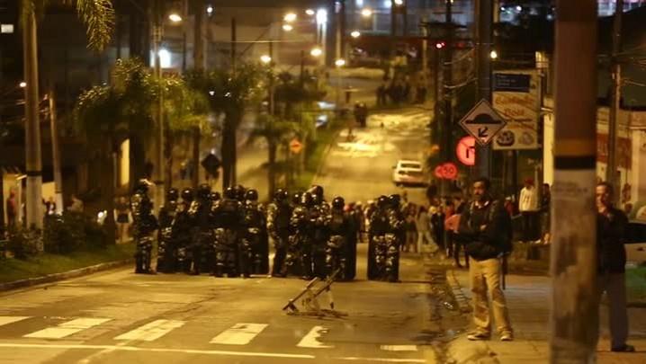 Polícias Civil e Militar ocupam Morro da Caixa após ônibus serem incendiados em Florianópolis