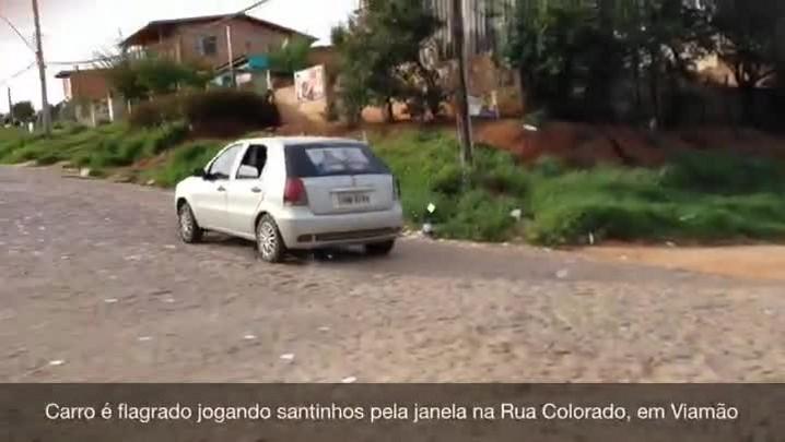 Carro é flagrado jogando santinhos pela janela em Viamão