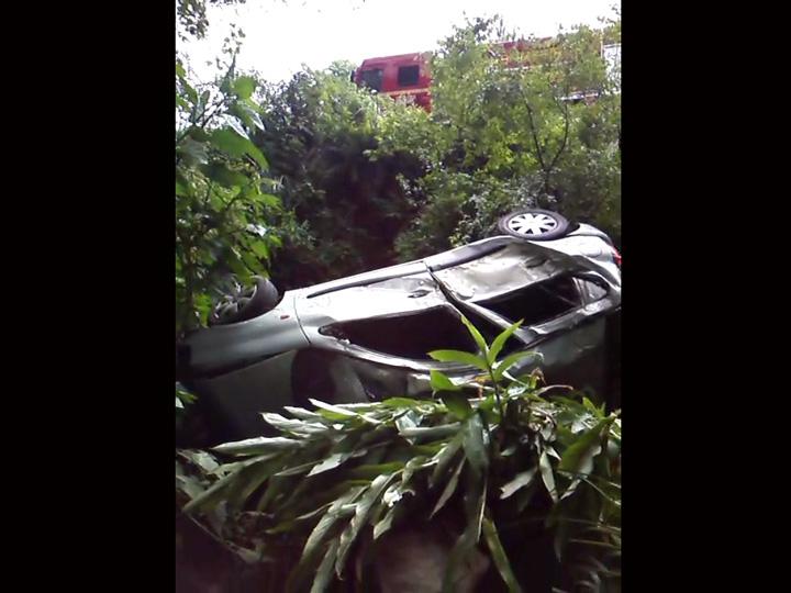 Carro cai em ribanceira na ERS-444, em Bento Gonçalves, e deixa duas mulheres feridas
