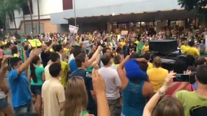 Manifestantes cantam o Hino Nacional durante protesto em Novo Hamburgo
