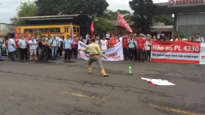 Veja o momento em que homem amea�a manifestantes em frente � Carris