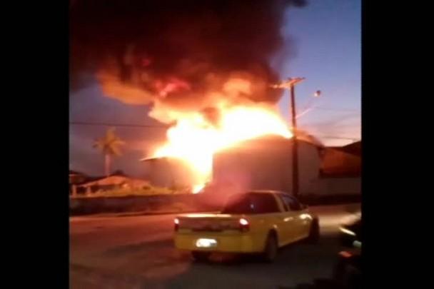 Fogo atinge galpão abandonado na zona Sul de Joinville