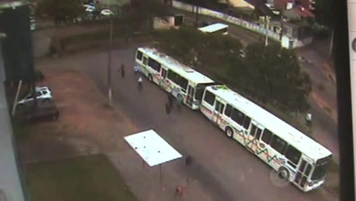 Vídeo mostra grupo colocando fogo em ônibus no Morro Santa Tereza