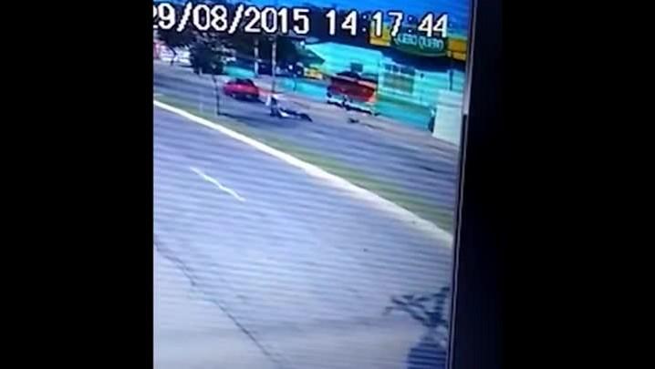 Casal de moto é atingido por carro e arremessado ao chão em Santa Maria