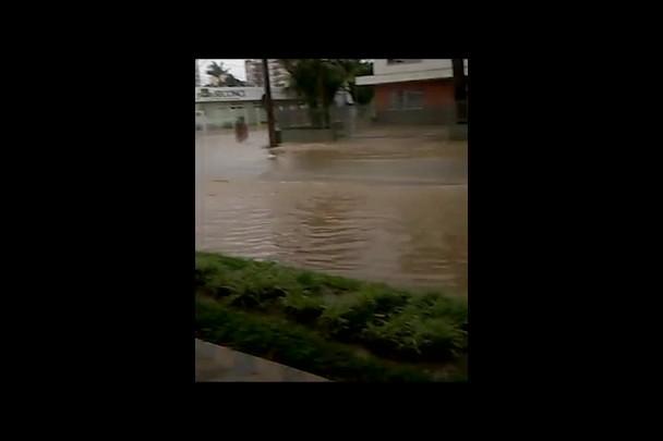 Vídeo mostra efeitos da chuva em vários pontos de Joinville