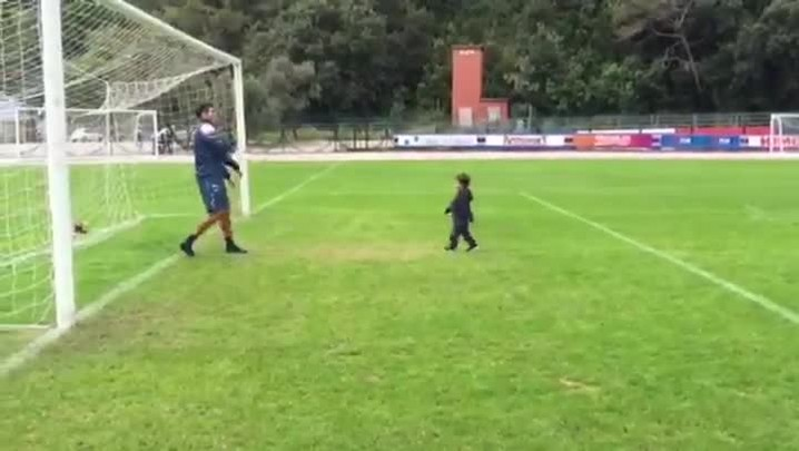 Eder, da Sampdoria, brinca com o filho Eduardo na Itália