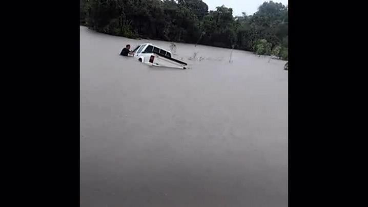 Veja imagens da situação em Passinhos, onde uma família precisou fazer atravessia de uma rodovia a nado