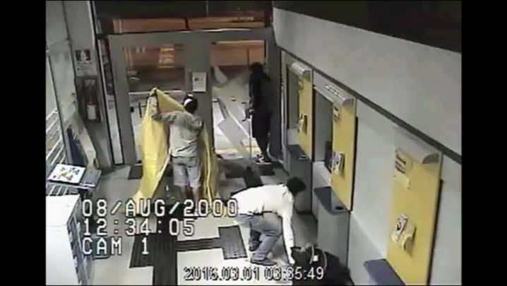 Câmeras mostram tentativa de ladrões de arrombar caixa eletrônico em Porto Alegre