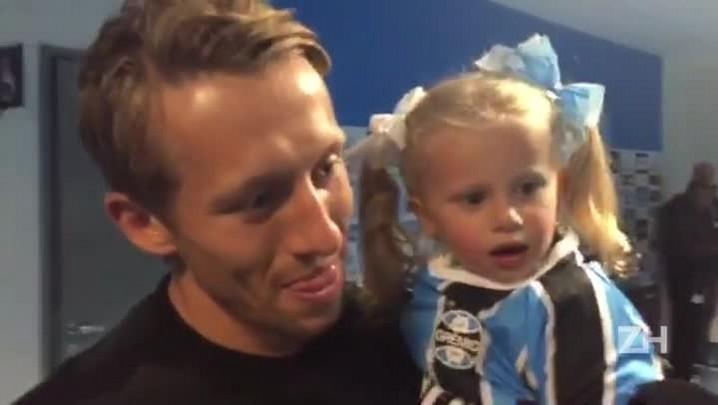 Lucas Leiva leva os filhos para assistirem a Grêmio x Vitória na Arena