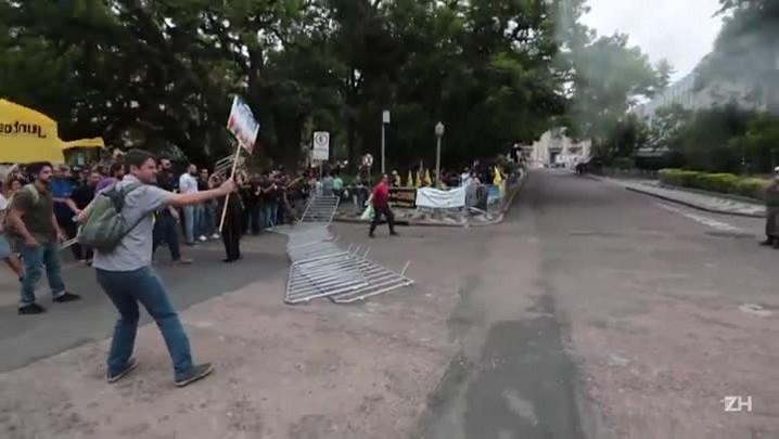 Confronto entre servidores e policiais na Praça da Matriz