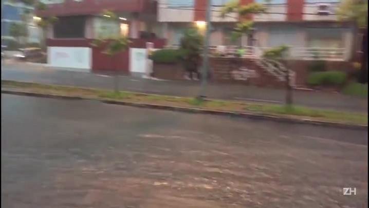 Chuva forte causa alagamentos em Porto Alegre