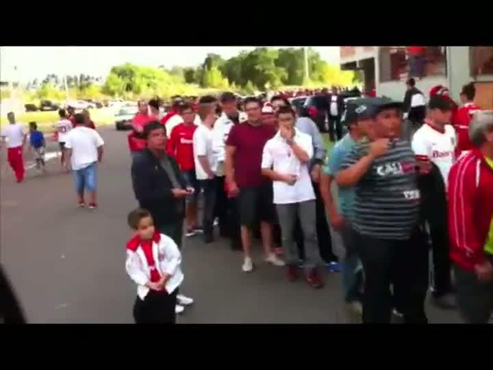 Torcedores com dificuldades de entrar no Complexo Esportivo da Ulbra. 17/03/2013