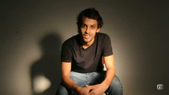 Ator Rossendo Rodrigues convida para sessões da peça O Feio no Instituto Goethe