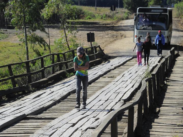 Ponte sobre o Rio Bururi, em São Francisco de Paula, oferece risco aos estudantes