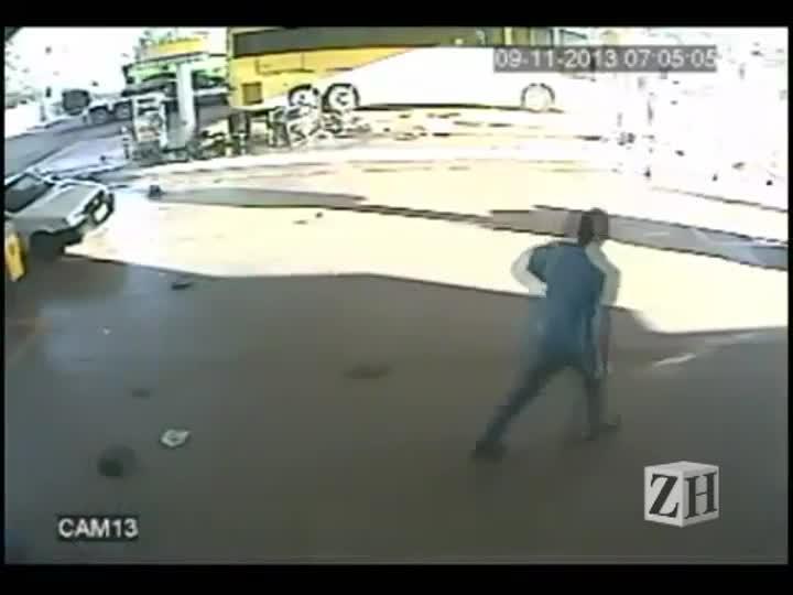 Carro desgovernado bate em posto de gasolina