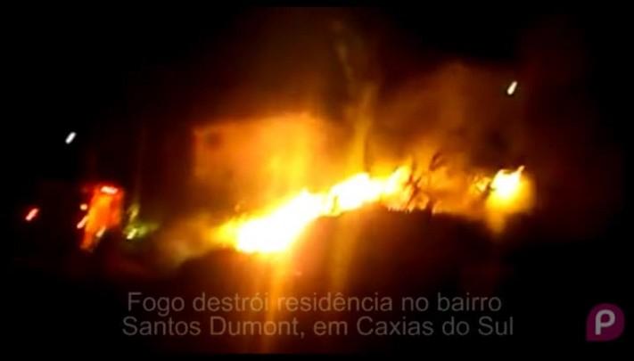 Fogo destrói casa no bairro Santos Dumont, em Caxias do Sul