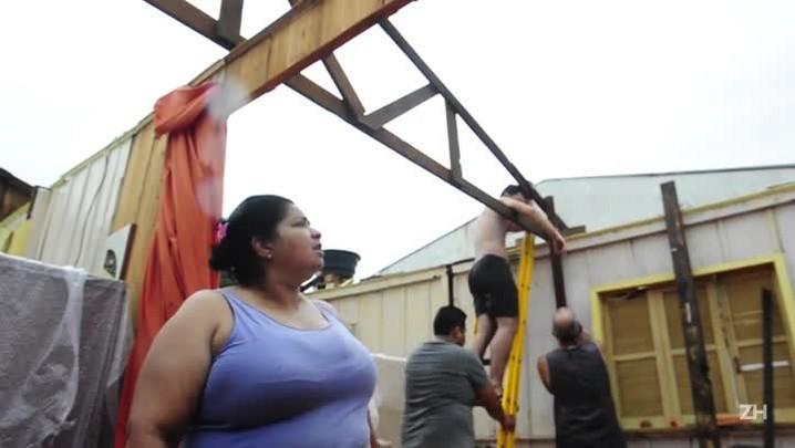 Moradora de Esteio relata como foi o temporal que destelhou toda sua casa