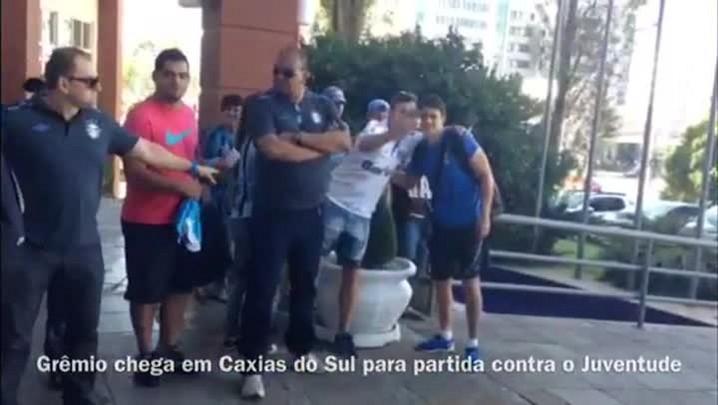 Torcedores recepcionam a delegação do Grêmio em Caxias do Sul