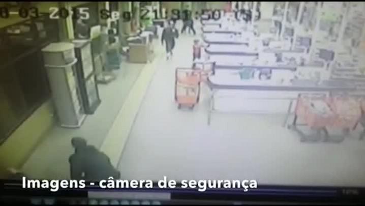 Vídeo mostra o momento em que policial é baleado, em supermercado da Zona Norte de Porto Alegre.