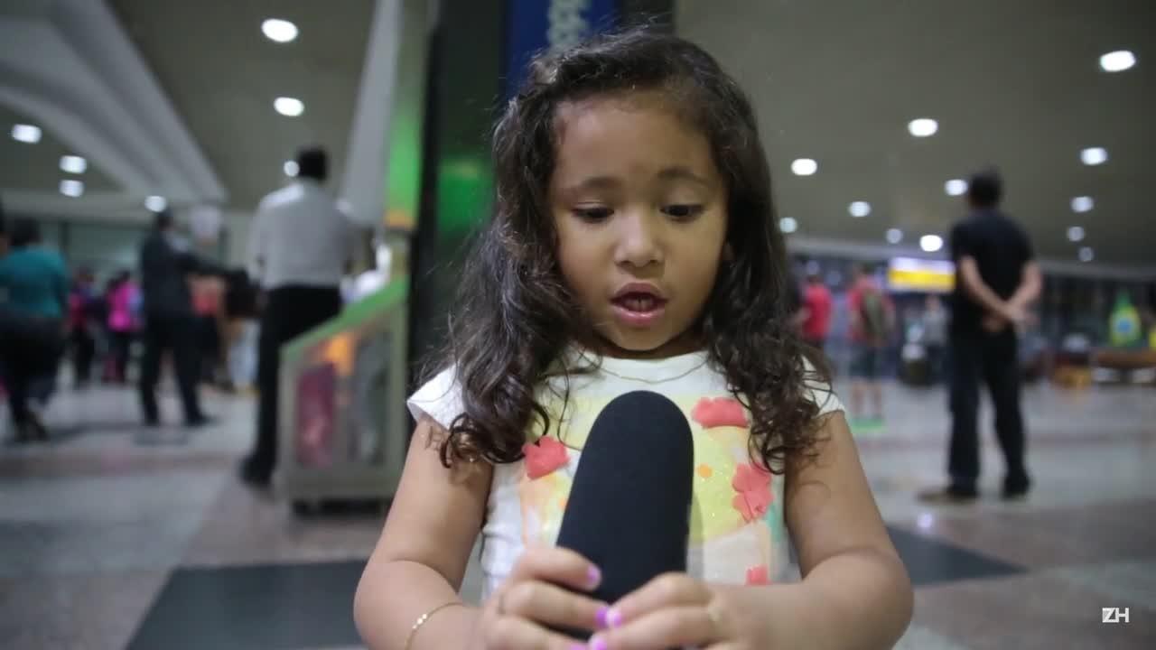 Menina canta música do Grêmio