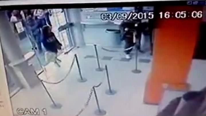 Bandidos rendem cliente durante assalto em lotérica de Santa Maria
