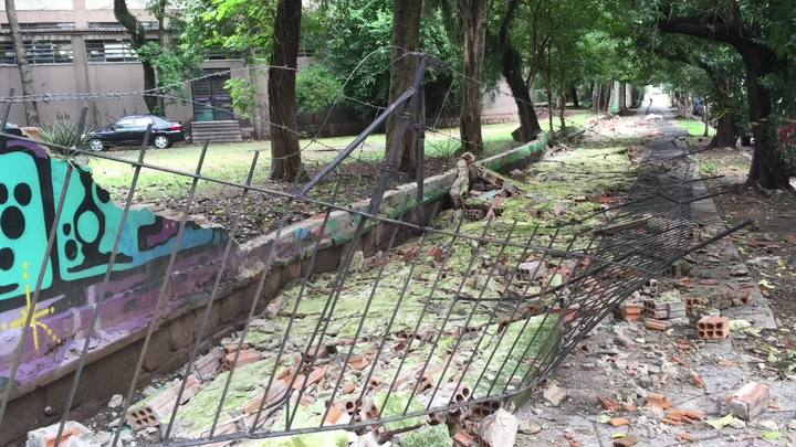 Parte do muro da Julinho desabou nesta quinta