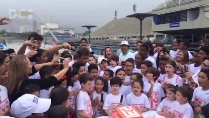Guga comemora 15 anos do número 1 com bolo na Sapucaí