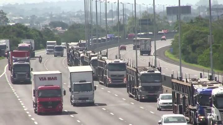 Caminhoneiros fazem manifestação por aumento no preço do frete