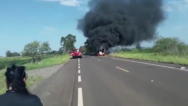 Ambulância pega fogo na BR 287 em Santa Maria