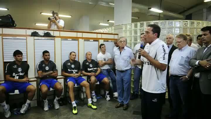 Luxa conversa com jogadores na reapresentação do Grêmio
