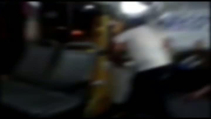Motorista e passageiro trocam chutes e pontapés