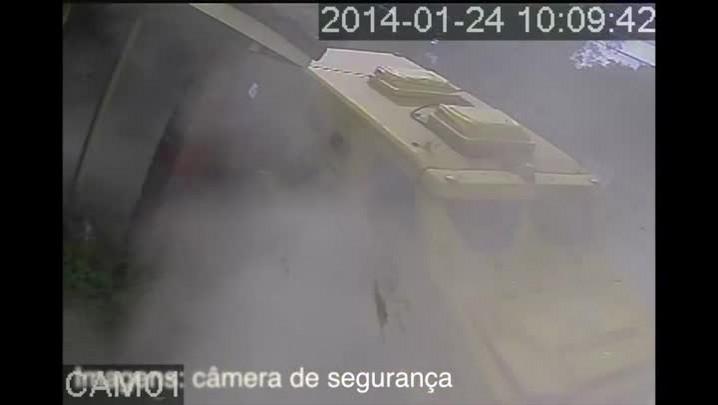 Carro-forte invade casa na zona sul de Porto Alegre.24/01/2014