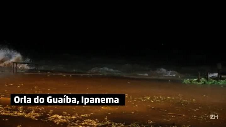 Ondas avançam sobre o calçadão de Ipanema, em Porto Alegre