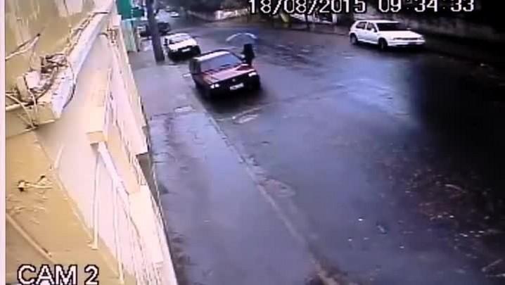 Assaltante é surpreendido pelo dono do carro