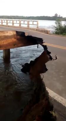 Cabeceira de ponte da BR-153 cai