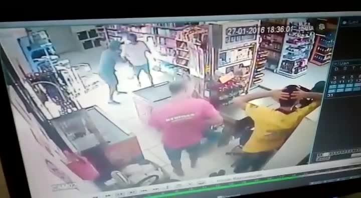 Bandidos assaltam mercado em Santa Maria