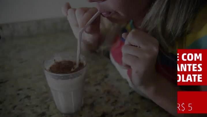 Aprenda a fazer um rápido milkshake com flocos crocantes de chocolate