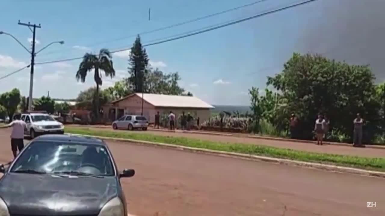 Grupo ataca bancos, faz reféns e foge em viatura no Noroeste do RS