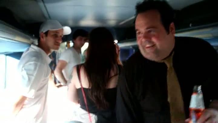 No ônibus com a Bidê ou Balde: fãs participam de audição coletiva do novo álbum da banda