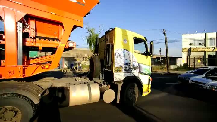 Caminhão bloqueia trânsito em avenida de Porto Alegre