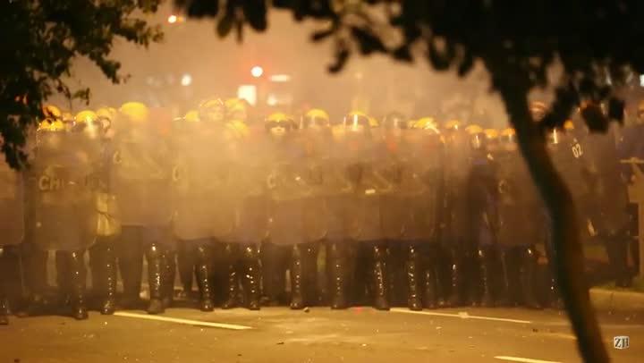 Polícia e manifestantes entram em linha de confronto