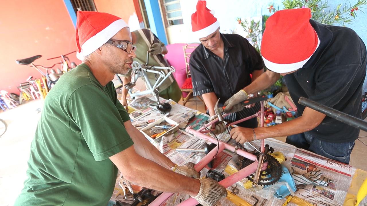 Voluntários reformam bicicletas usadas para atender pedidos de Natal de crianças carentes