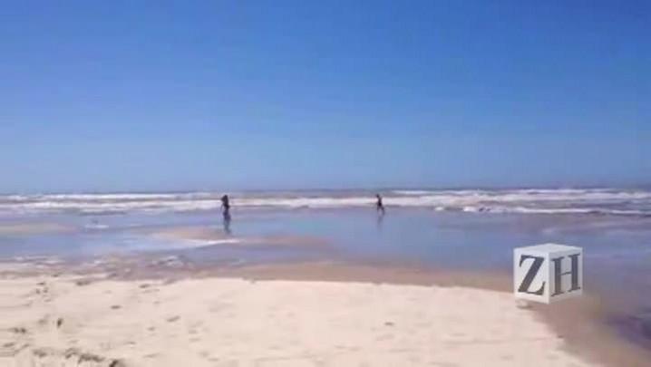 De ressaca, mar toma a areia em Atlântida